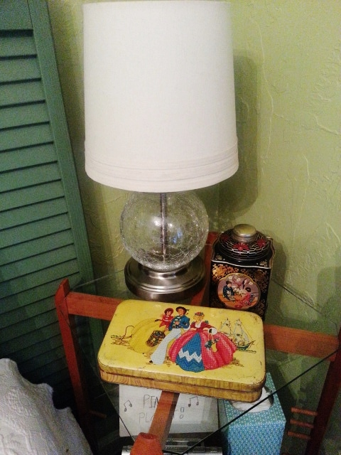 20140422 1041461 Organize your nightstand using adorable tins